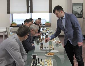 Сотрудники «Швабе» сыграли в шахматы с известным гроссмейстером Владимиром Федосеевым
